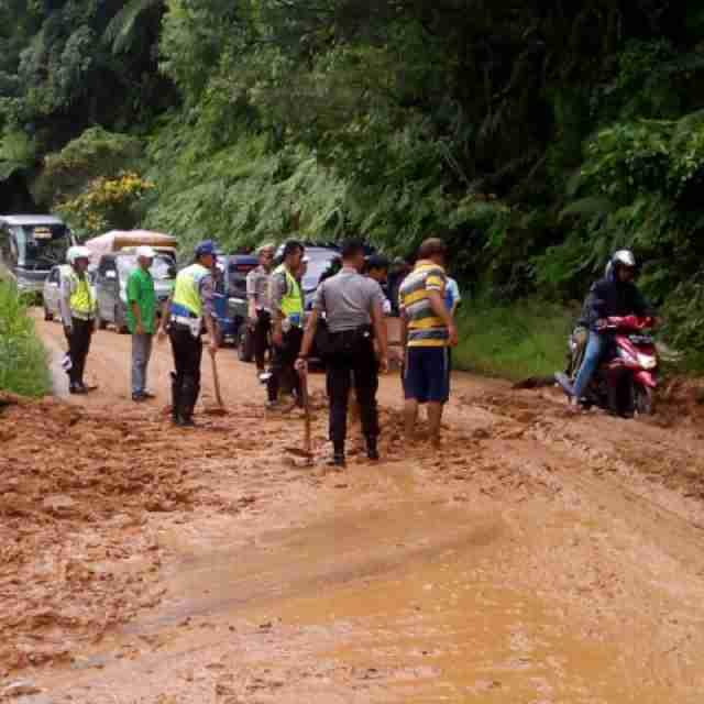 Polisi dan Warga Bergotong-royong Evakuasi Pohon Tumbang dan Tanah Longsor di Gunung