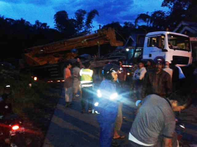 Jalan Lintas Kepahiang – Curup Macet Total Karena Truck Tronton Terperosok