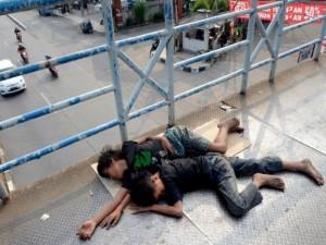 220663_dua-anak-jalanan-tidur-di-jembatan-penyeberangan-di-jalan-margonda-depok_663_498