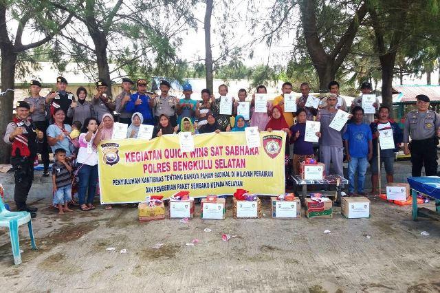 Penyuluhan Quick Wins di Lokasi Pantai, Sat Sabhara Berikan Bantuan Sembako