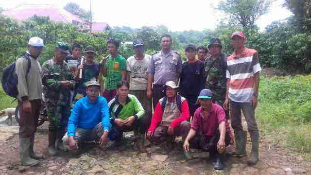 Bhabinkamtibmas Bermani Ilir Gotong Royong Bersama Anggota Babinsa TNI