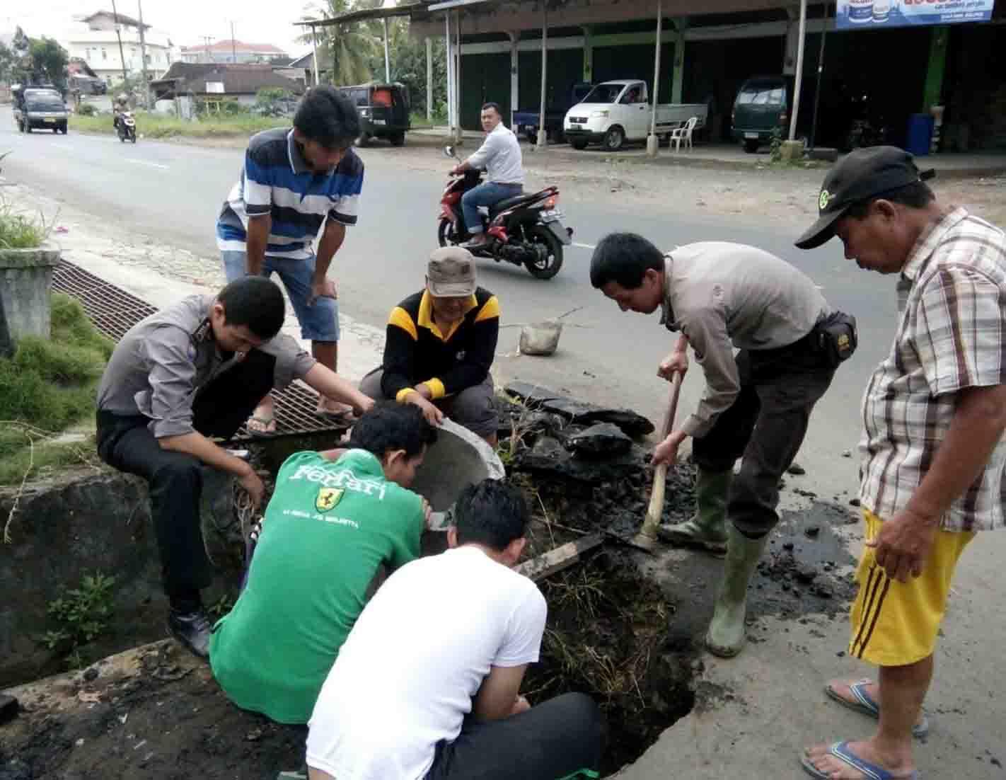 Polisi Gotong Royong Bersama Warga Perbaiki Gorong Gorong Selokan