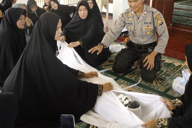 Ketua Bhayangkari Ajak Anggotanya Belajar Memandikan Dan Mengafani Jenazah