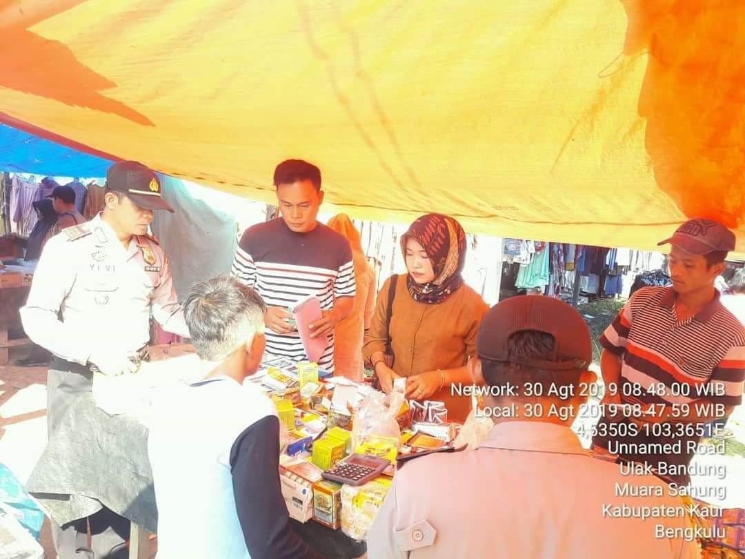 Gandeng Puskesmas, Polsek Muara Sahung Cek Barang Kadaluarsa di Pasar Mingguan