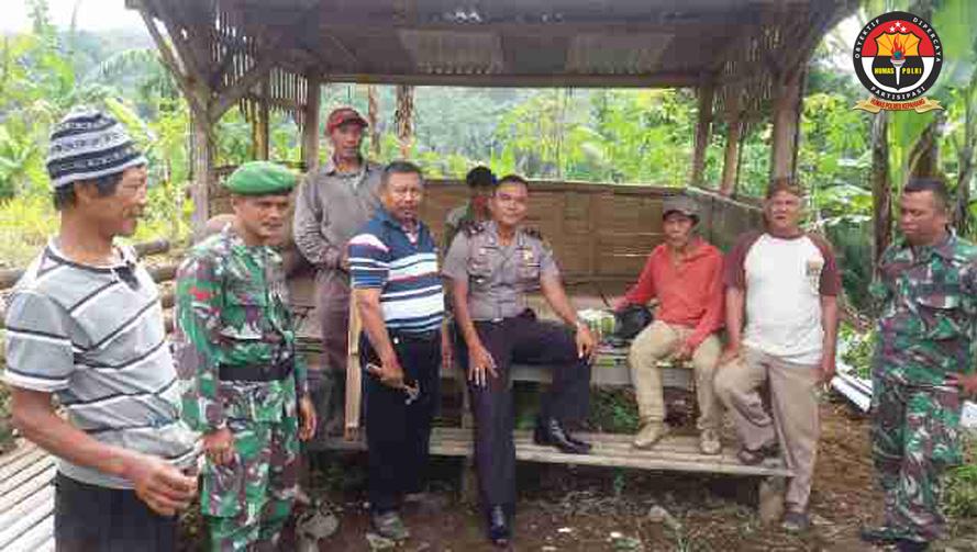 Bhabinkamtibmas Polsek Kabawetan Gotong Royong Bersama Anggota Babinsa TNI dan Masyarakat Memperbaiki Poskamling