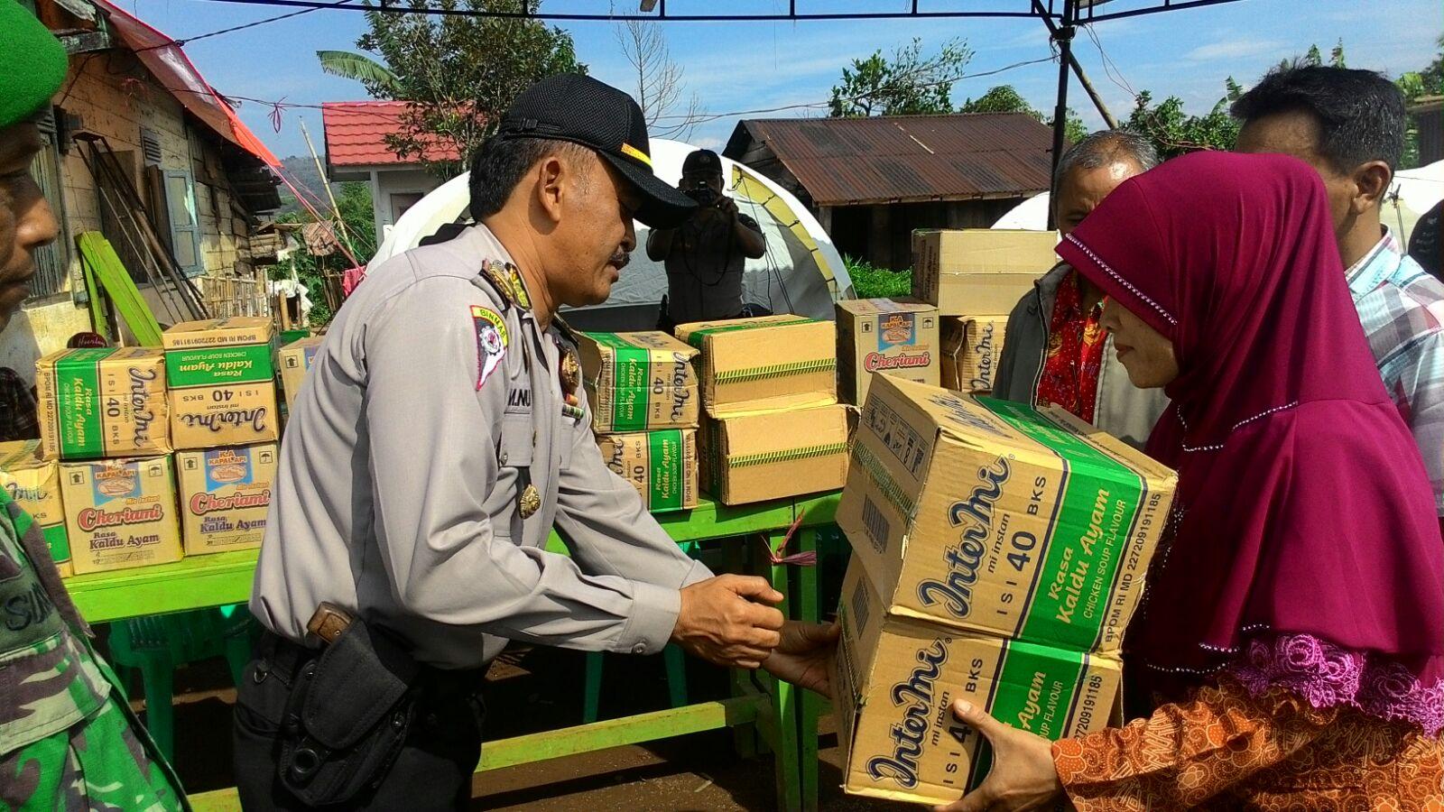 Polisi Bantu Korban Puting Beliung