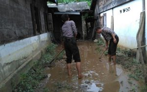 Personil Polres Kaur Bersihkan Sisa Banjir