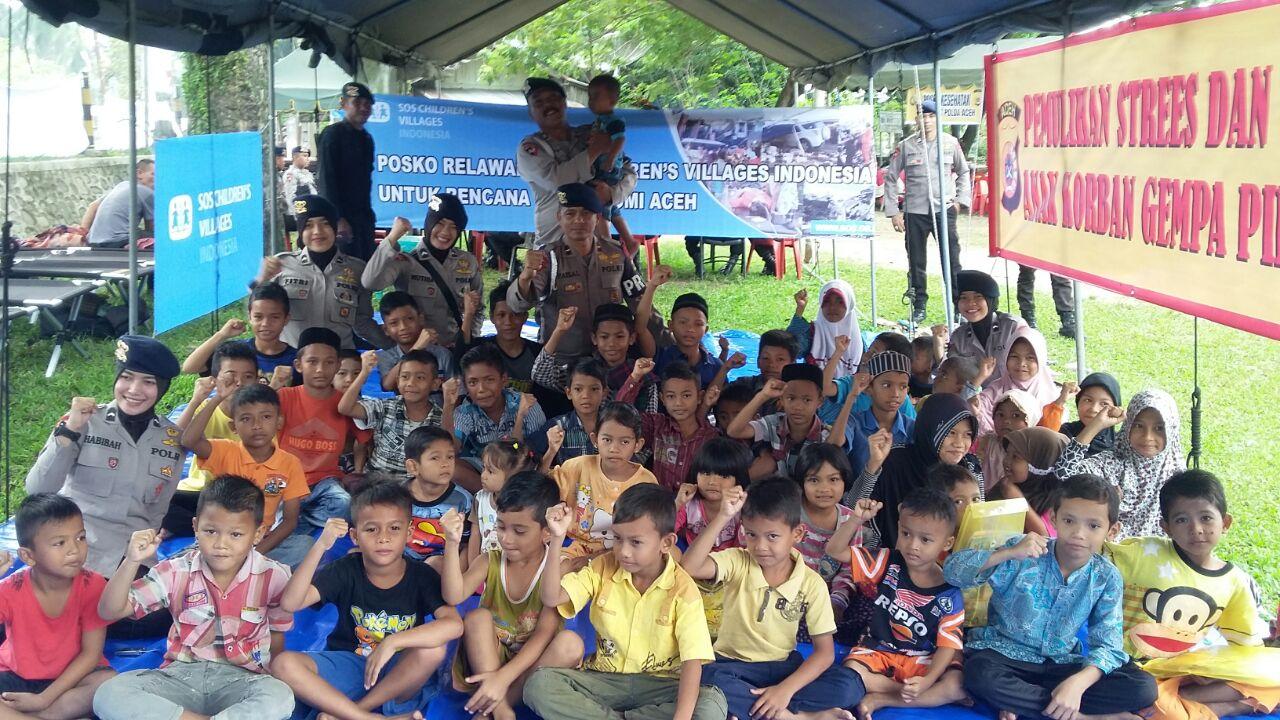 Polwan Brimob Hibur Korban Gempa Aceh