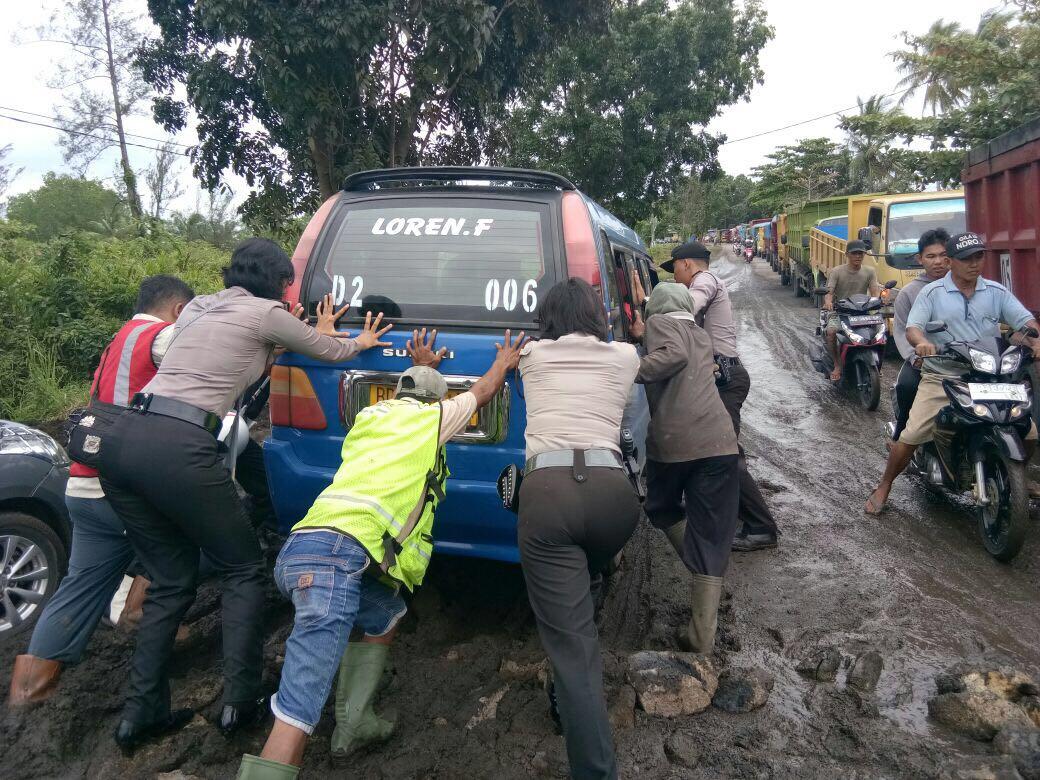Macet Akibat Jalan Rusak, Polsek Turunkan Personil