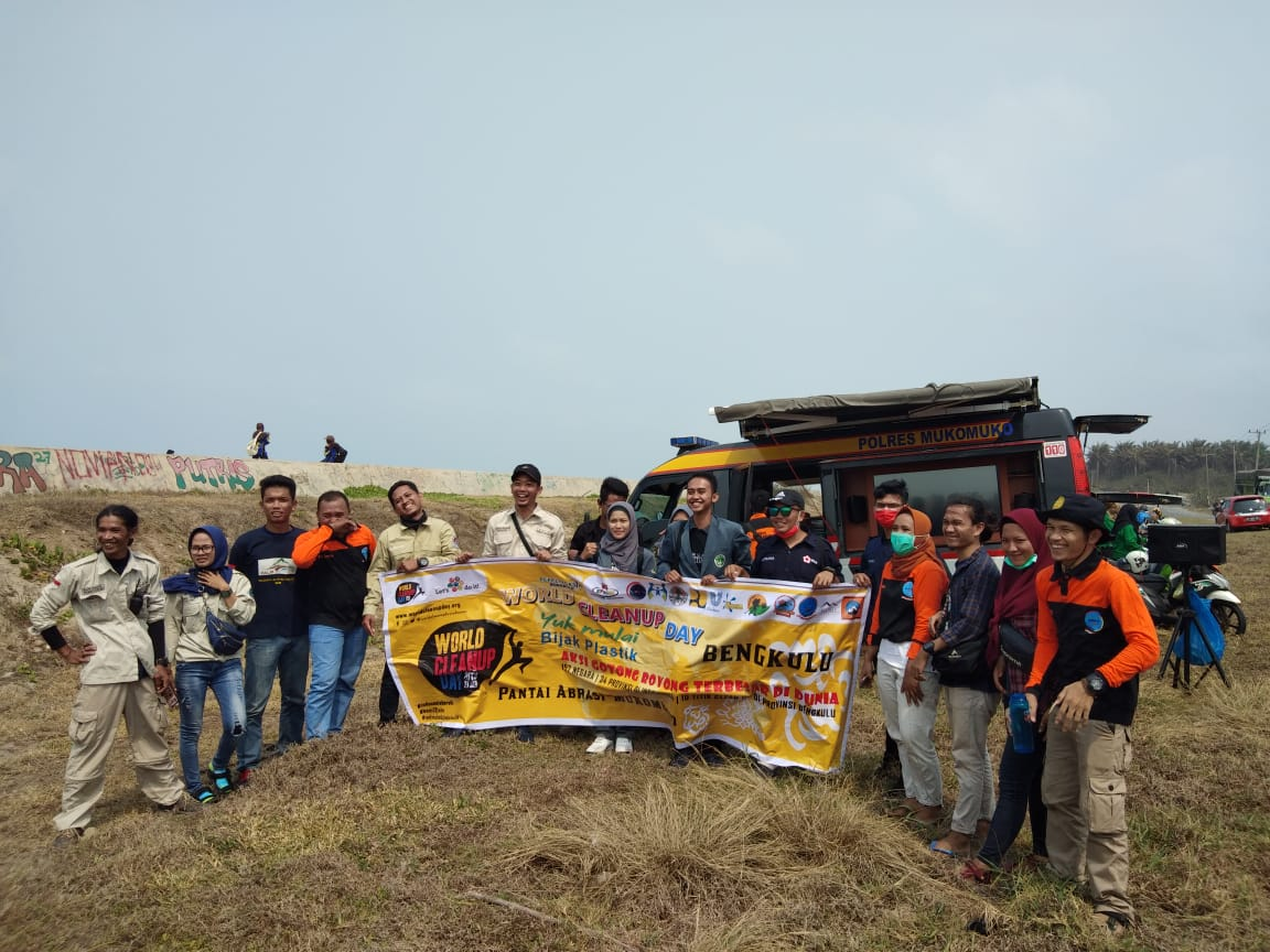 Peringati World Cleanup Day di Mukomuko, Gelar Pungut Sampah di Pantai Abrasi