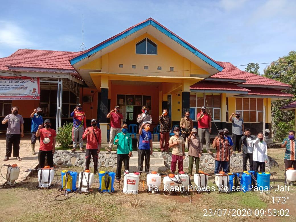 Cegah Covid-19, Kapolsek Pagar Jati Bersama Camat dan Kepala Desa Semprotkan Desinfektan di Ruang Publik