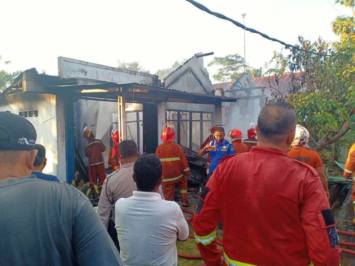 Bersama Warga dan PBK, Anggota Polsek Muara Bangkahulu Berusaha Bantu Padamkan Kebakaran Rumah di Pematang Gubernur