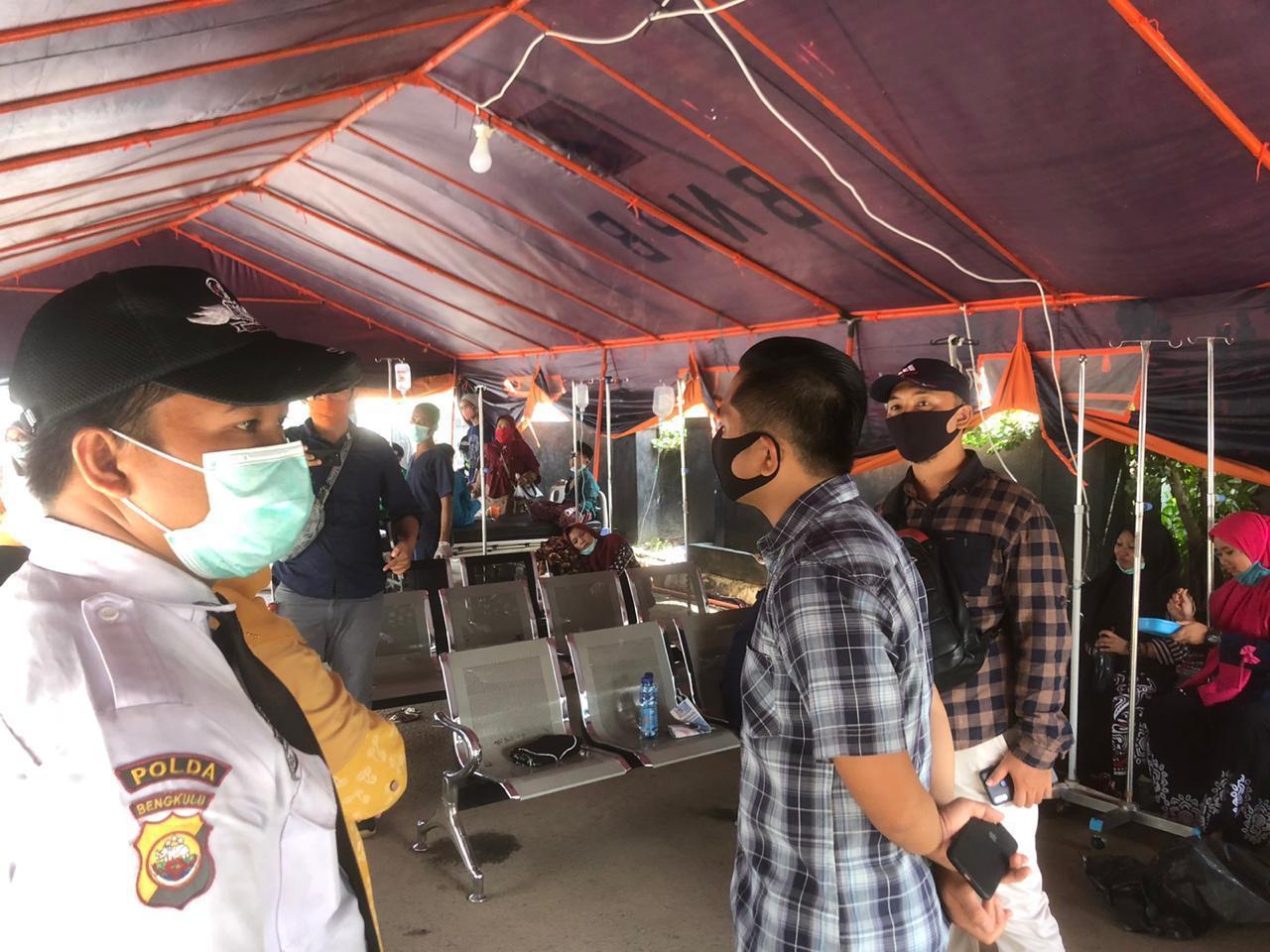 50 Santri Keracunan Makanan, Polres Bengkulu Bersama Warga Lakukan Evakuasi