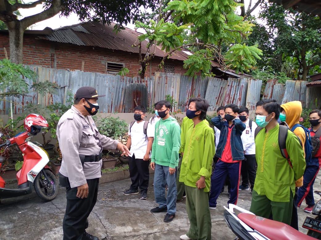 Ketemu Siswa Nongkrong, Kanit Binmas Polsek RA Himbau Disiplin Protokol Kesehatan