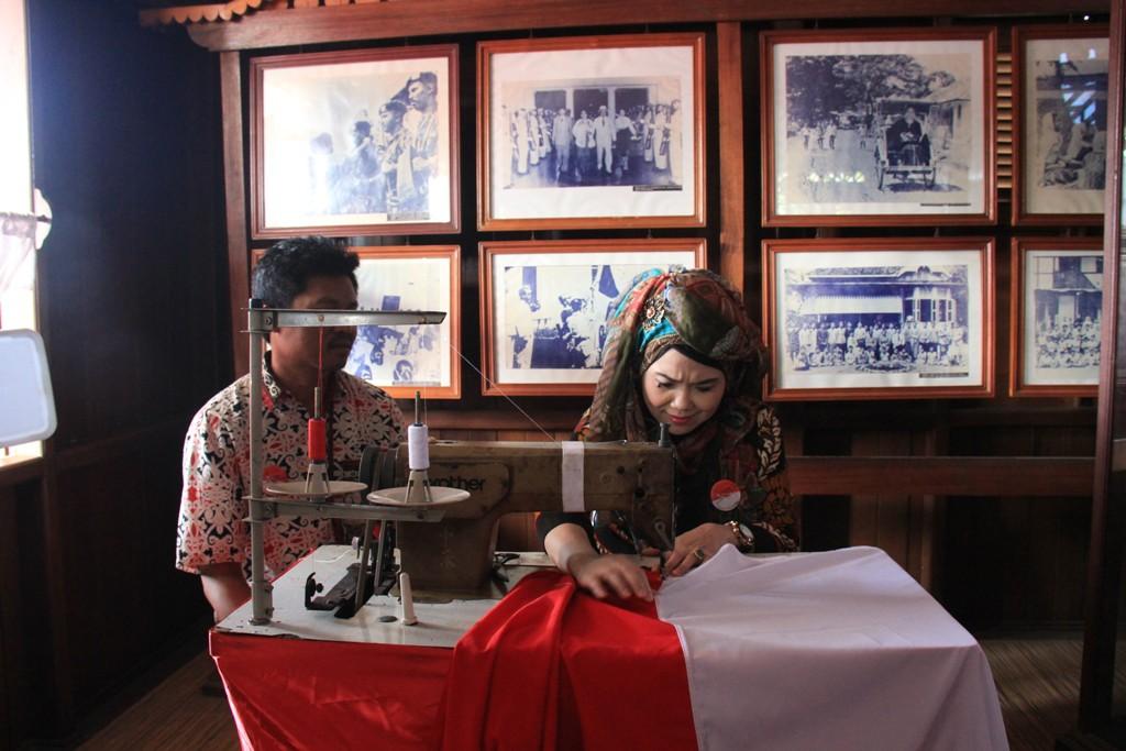 Ibu Kapolda Bengkulu Jahit Bendera Merah Putih di Rumah Fatmawati