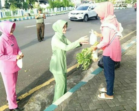 Sinergitas TNI/POLRI, Bhayangkari dan Persit Bagikan Takjil di Bulan Ramadhan