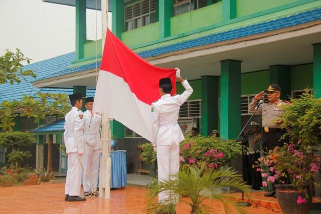 Upacara Bendera Merah Putih Di Sekolah di Pimpin oleh Polisi