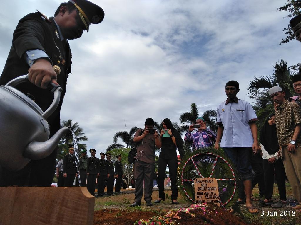 Kapolres Bengkulu Utara Pimpin Upacara Pemakaman Anggota Polri Yang Meninggal