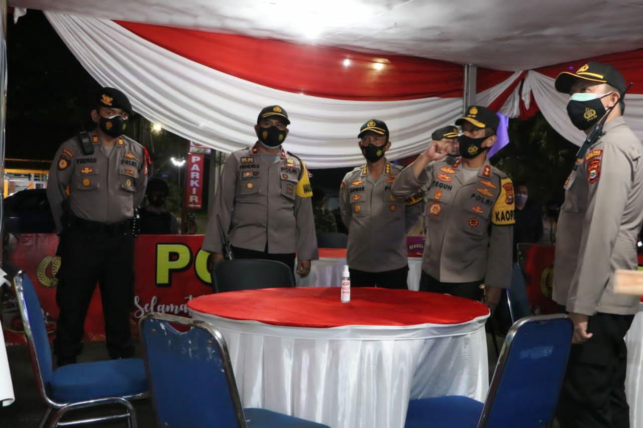 Patroli Malam Tahun Baru, Kapolda Bengkulu Berikan Bingkisan Kepada Anggota yang Bertugas