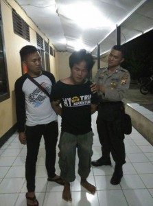 Tersangka-pencabulan-terhadap-anak-di-bawah-umur-saat-diamankan-di-Mapolres-Bengkulu-Selatan-Minggu-malam