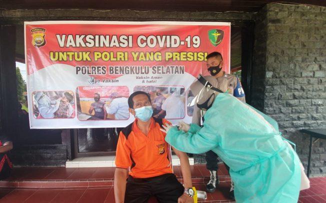 Cegah Penyebaran Covid -19, 30 Personil Polres BS di Vaksin