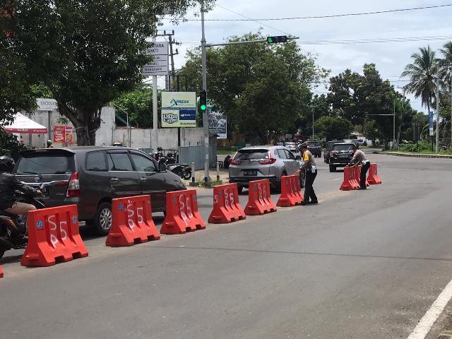 Satlantas Polres Bengkulu Pasang Water Barrier di Simpang Jalan Mahakam
