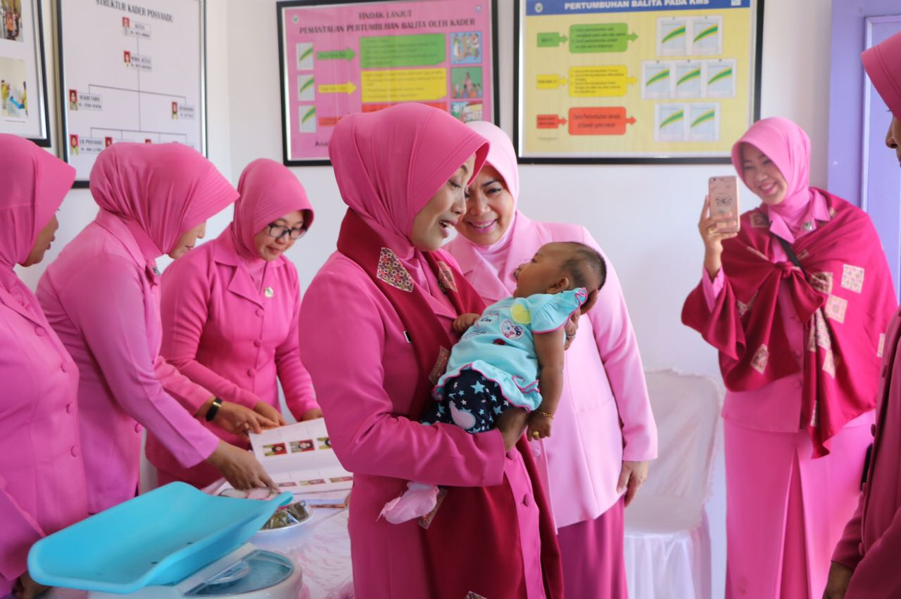 Kunjungan Ke Manna, Ketua Bhayangkari Daerah Bengkulu periksa kesehatan Bayi