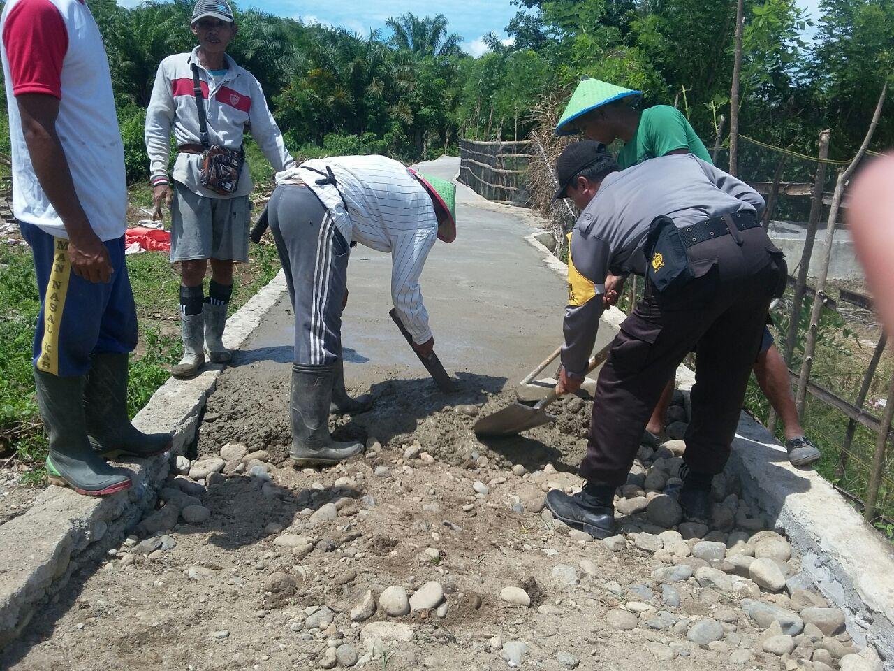 Bhabinkamtibmas Kaur Utara Himbau Pembangunan Desa Sesuai RAB