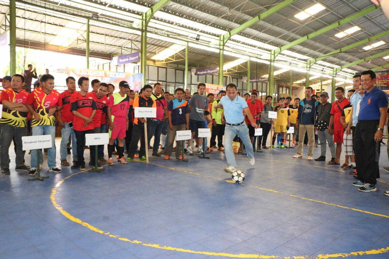 Tendangan Bola Oleh Kapolda Bengkulu, Menandai Pembukaan Turnamen Futsal Direktur RBMG,