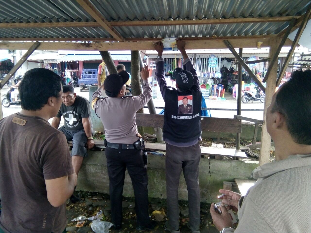 Sat Binmas Polres Bengkulu Selatan Pasang Stiker Himbauan Keamanan