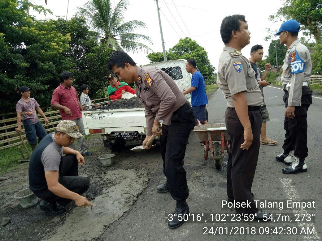 Kurangi Angka Laka Lantas, Polsek Talang Empat Timbun Jalan Berlubang