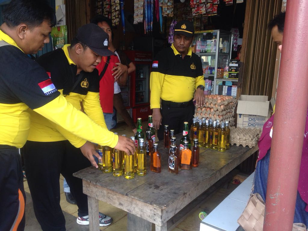 Razia Warung, Polsek Kaur Utara Berhasil Amankan Puluhan Botol Miras