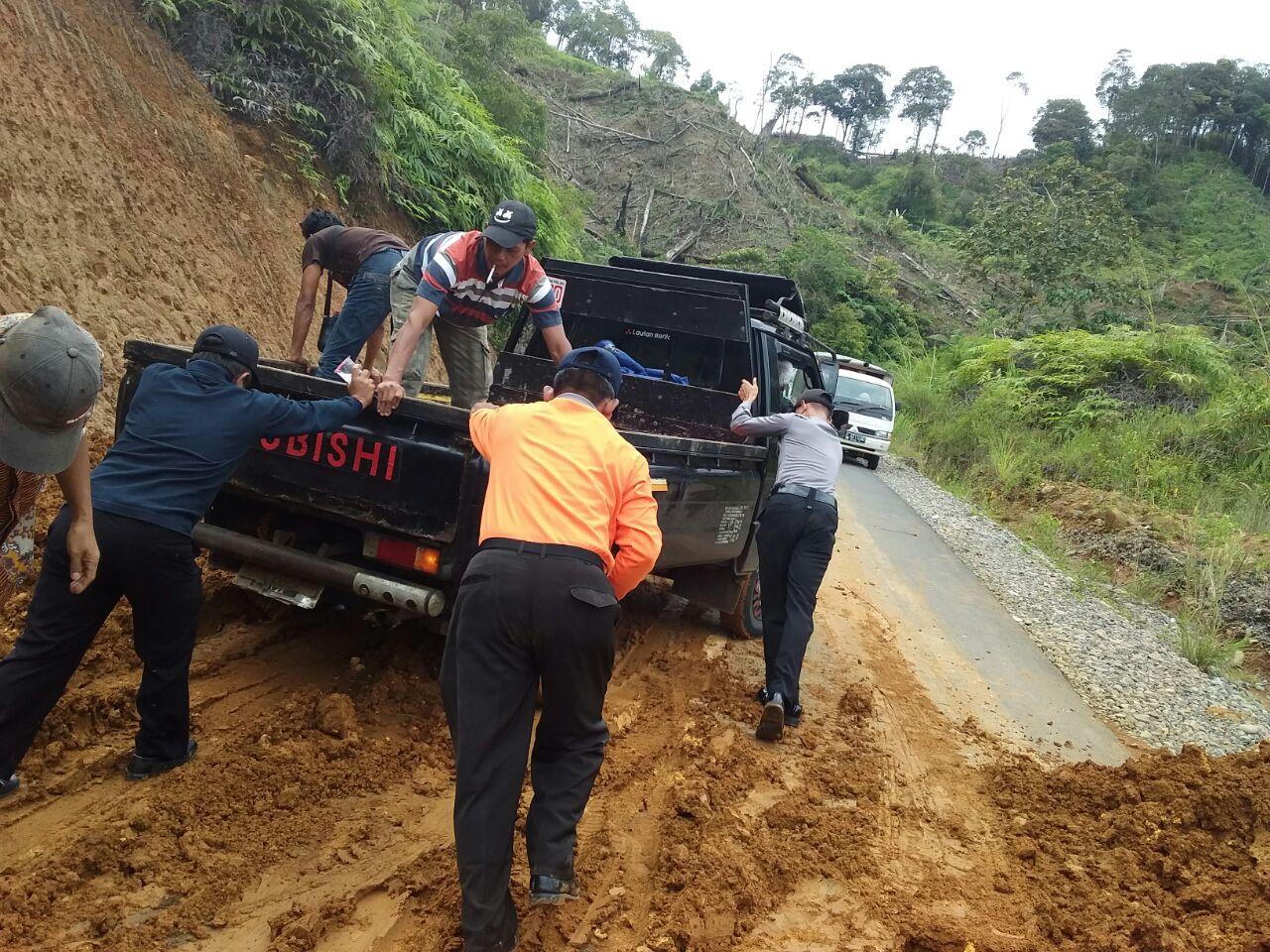 Polsek Giri Mulya Bersama Masyarakat Gotong-royong Bersihkan Material Longsor