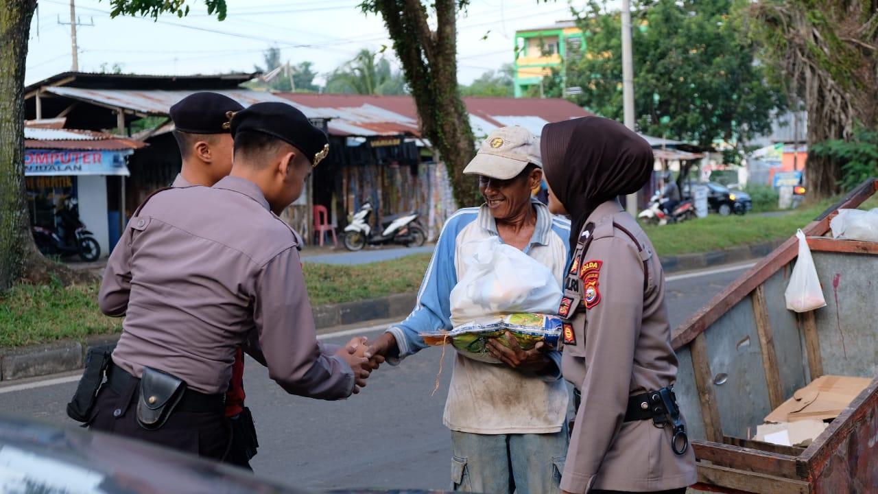 FOTO: Polda Bengkulu Berbagi Sembako Pada Petugas Kebersihan dan Masyarakat Bengkulu
