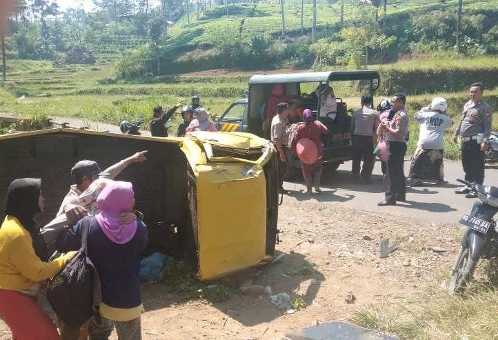Polisi Evakuasi 12 Korban Jet Star Yang Terguling di Kebun Teh Kabawetan