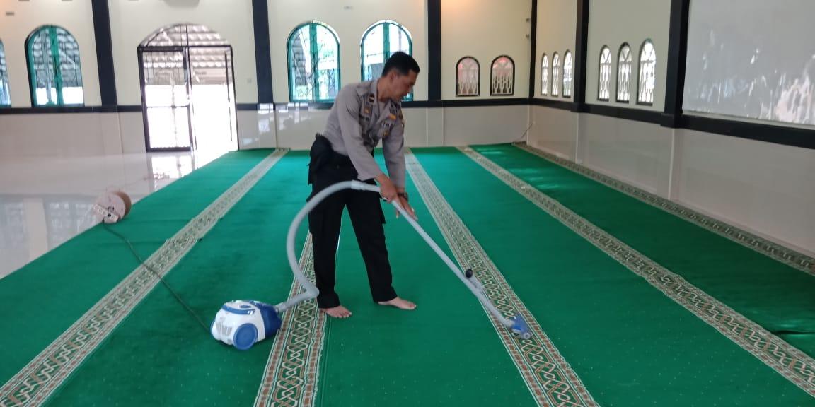 Ipda Zainuli Rusda, Panit Binmas Polsek Ratu Sambang Ajak Masyarakat Gotong Royong Bersihkan Masjid