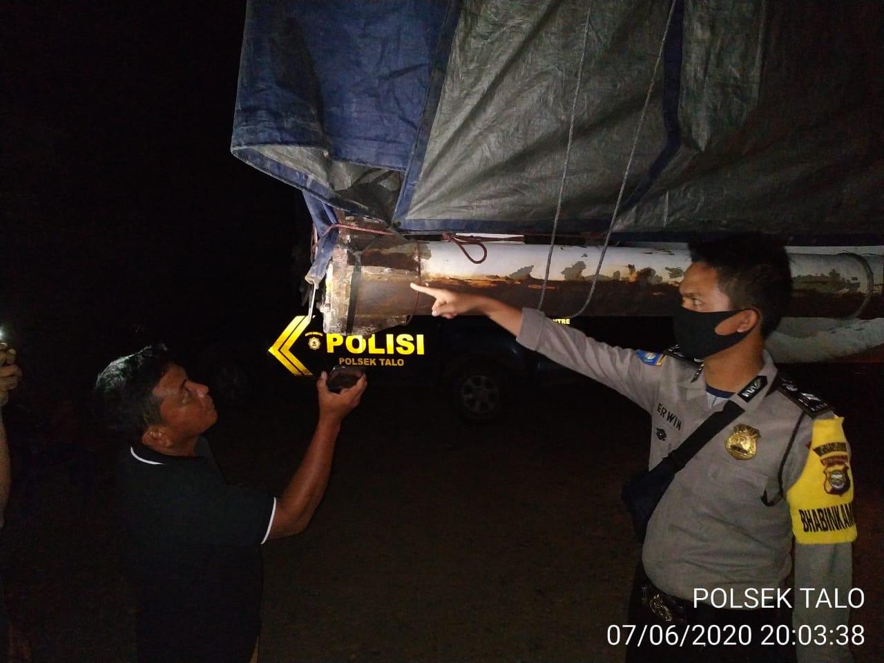 "Bahaya ""Menikung"", Buntut Truk Tronton Ketinggalan Lalu Hantam Mobil Carry"
