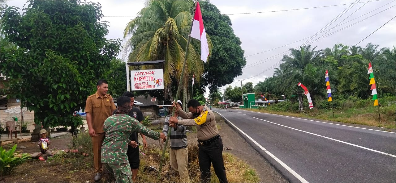 Meriahkan Bulan Kemerdekaan RI, 3 Pilar Desa Bersama BPD dan Karang Taruna Pasang Bendera dan Umbul-umbul