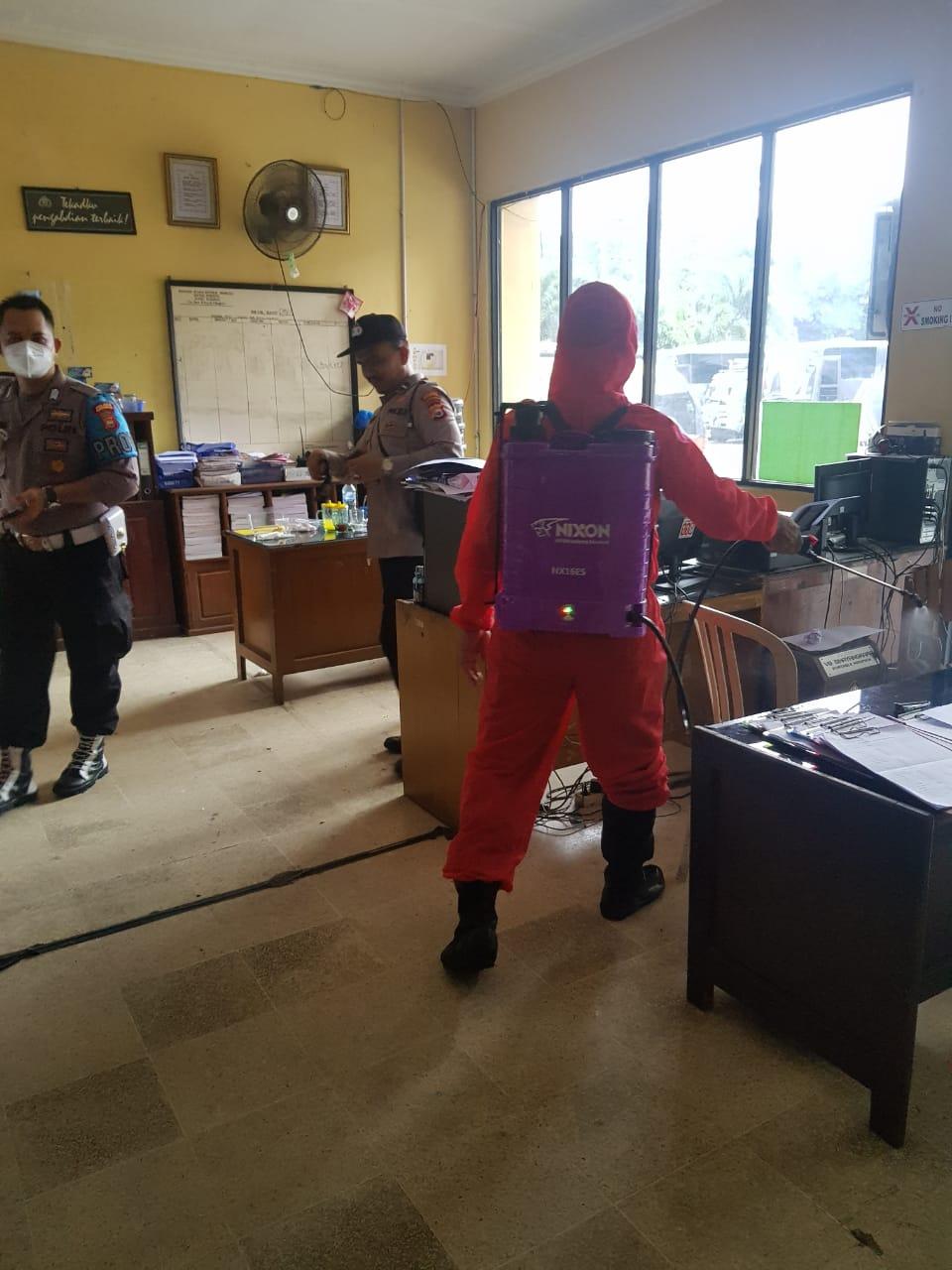 Pencegahan Covid-19, Polres Bengkulu Rutin Semprot Ruangan Dengan Cairan Disinfektan
