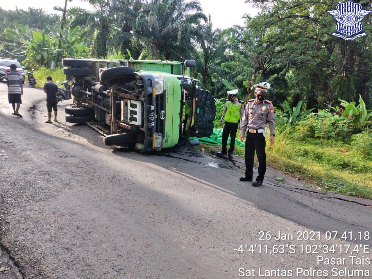 Truk Terguling Jalan Berlubang, Polres Seluma Gatur Sekitar Lokasi
