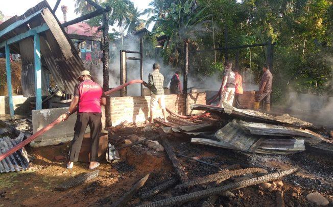 Polsek Penarik Raya Bersama Warga Gotong Royong Padamkan Kebakaran Rumah