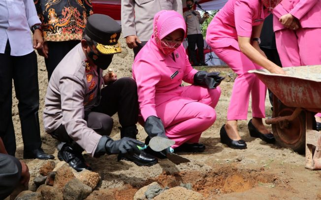 Bedah Rumah Alm Aipda Barus, Kapolda Bengkulu  Letakkan Batu Pertama