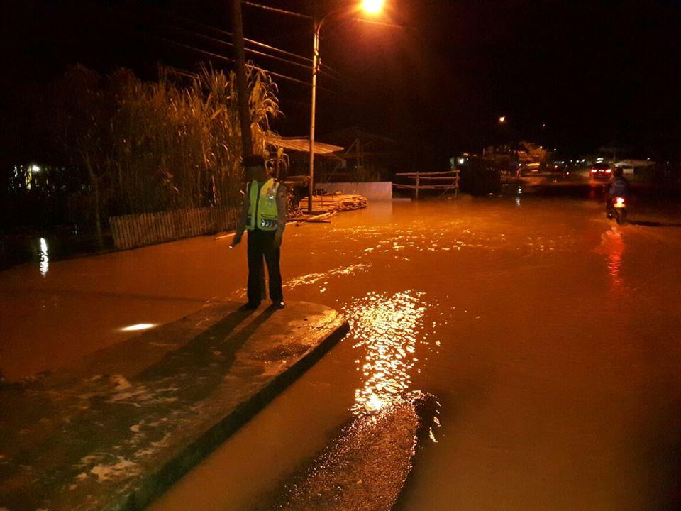 Jalan Irian Tergenang Air, Polsek Teluk Segara Himbau Masyarakat Berhati-hati