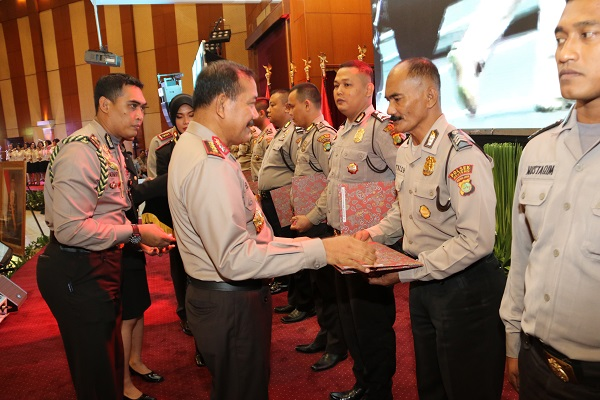 Kapolri Beri Penghargaan Anggota Yang Tangani Kasus Teror Bom Thamrin Jakarta Pusat