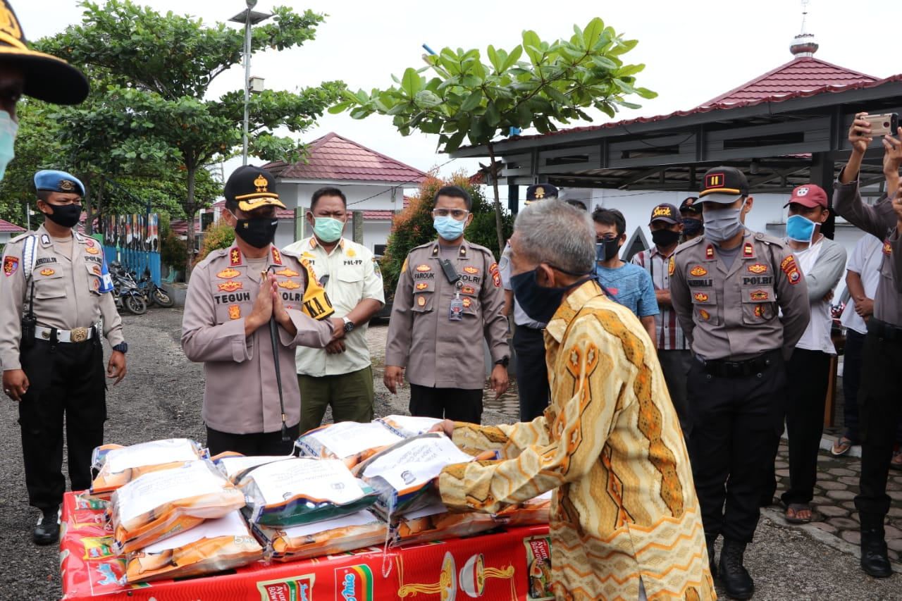 Kapolda Bengkulu Salurkan 25 Ton Bantuan Beras Kepada Masyarakat