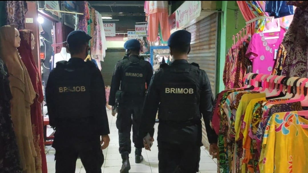 Laksanakan Patrol di Pasar Panorama, Personil Kompi 1A Pelopor Satbrimobda Bengkulu Ajak pedagang menggunakan masker