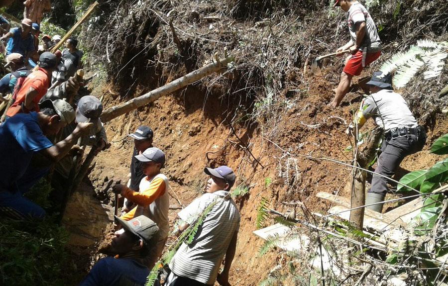 Bersenjatakan Cangkul,Bripka M.Abdul Rozak Karungi Tanah Di Desa Pandan