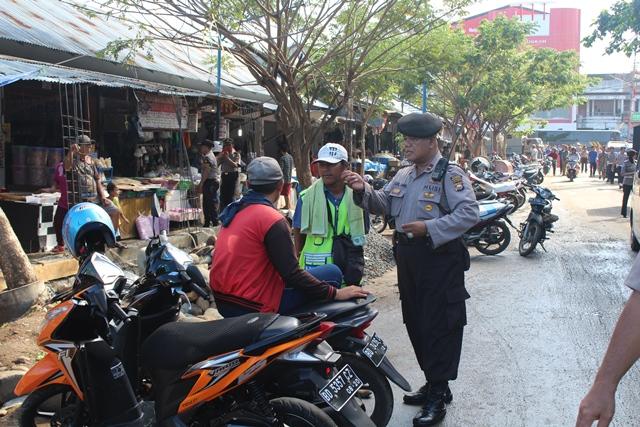 Polisi Berseragam Kunjungi Pasar