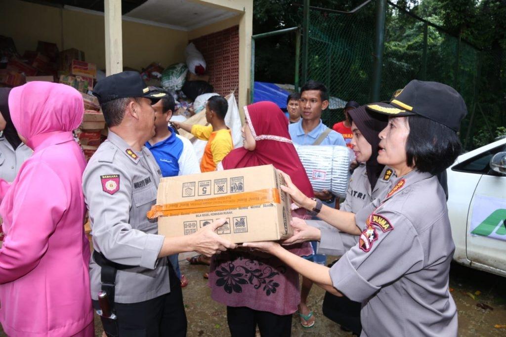 Satgas Polwan RI dan Bhayangkari Berikan Bantuan Kemanusiaan Untuk Korban Tsunami di Banten