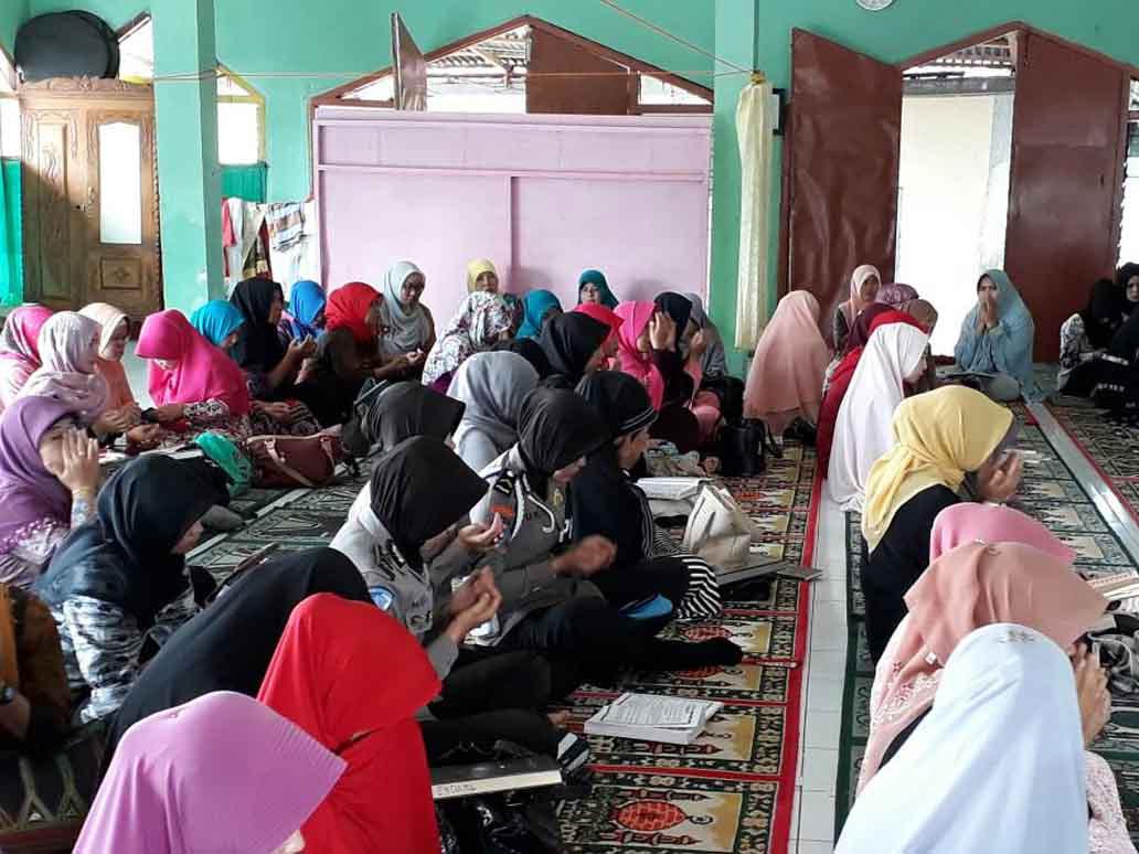 Polwan Bersama Ibu Dharma Wanita Gelar Pengajian di Masjid Istimar